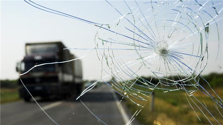 Araba camlarinda neden yuvarlak yuvarlak çatlaklar olusur?